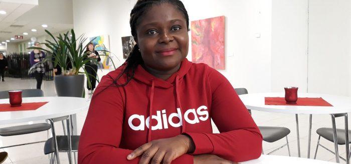 Yvonne Ewane Porin kampuksen Agora kahviossa.