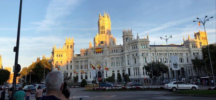 Kuva espanjalaisesta isosta rakennuksesta.