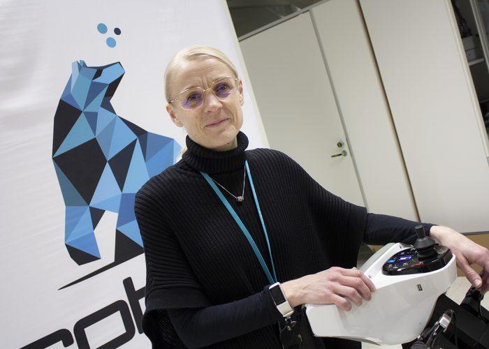 Krista Toivonen RoboAI:n laboratoriossa.