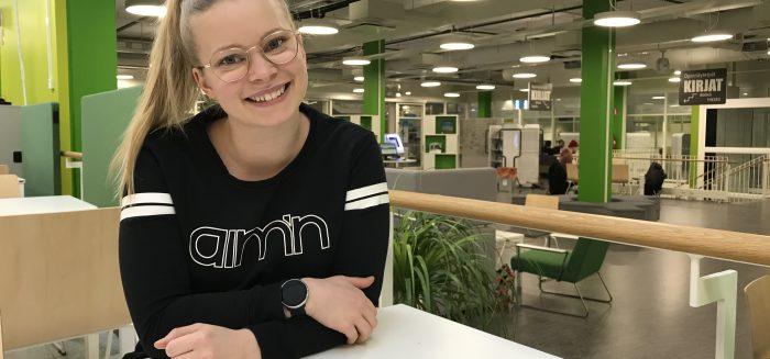 Emmi Koskinen SAMKin Porin kampuksen kirjastossa.