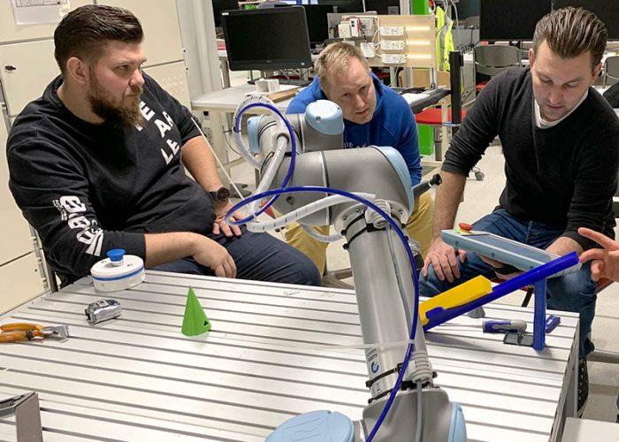 HSL-Robo -hankkeen työpaja RoboAI:n laboratoriossa.