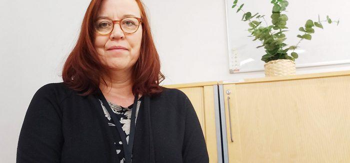 Nina Forsström puolivartalokuvassa.