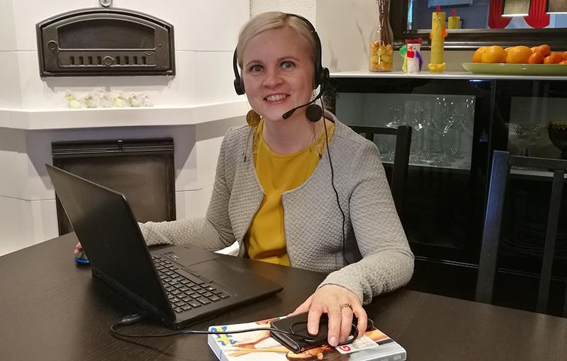 Mari Linna tietokoneen äärellä kotona.