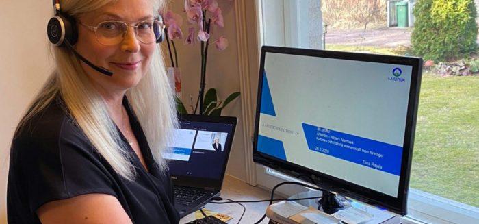 Tiina Rajala opiskelkee kotonaan tietokoneella.