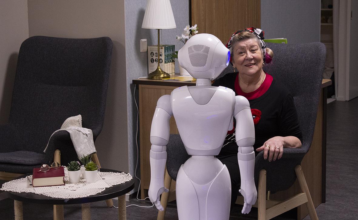 Pepper ja ikäihminen keskustelemassa SAMKin Kaikkien Koti -tilassa.