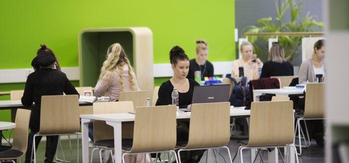 Opiskelijoita SAMK-kampus Porin kirjastossa.