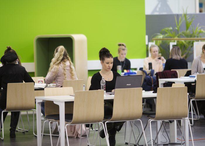 Students at SAMK-campus Pori library.