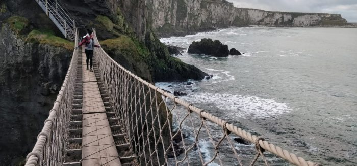 Emilia Hasa kävelee Carrick-a-Rede-Rope-Bridgella, joka sijaitsee Pohjois-Irlannissa.