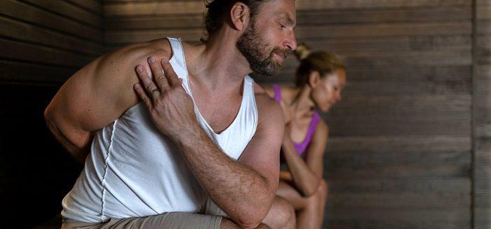 Mies ja nainen saunajoogassa.