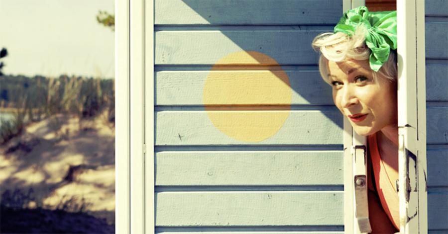 Elina Vallin kurkistaa ovelta.