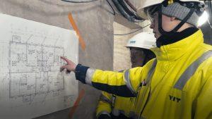 Rakennustekniikan opiskelijat Jari-Petteri Joutsenlahti ja Tomi Ahokas katsovat rakennuspiirroksia rakennustyömaalla.