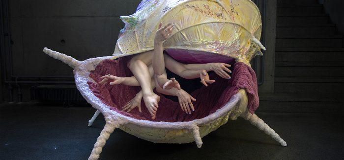 Rosalia Silferin teos on sisältä koettava simpukka-veistos ja performanssi.
