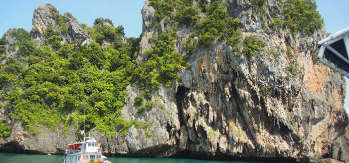 Vene vedessä kallioisen saaren edessä Thaimaassa.