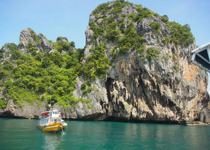 Vene vedessä kallioisen saaren edessä Thaimaassa