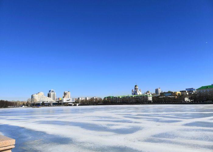 Jekaterinburgilainen maisema, paljon sinistä taivasta ja kaupungin siluetti