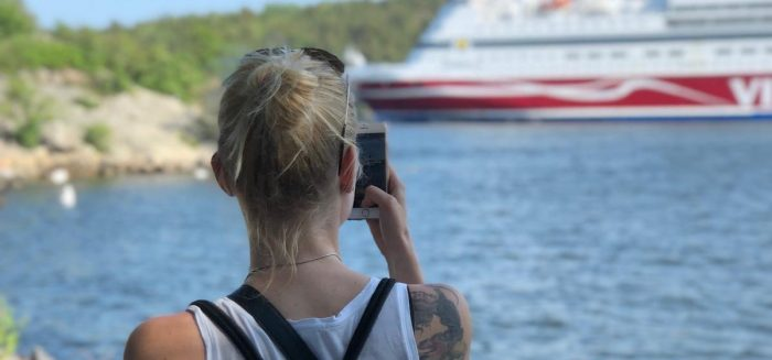 Rose-Marie Nurmi kuvaa kännykällä Viking Linen laivaa.
