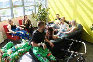 SAMMAKKOlaisia opiskelijoiden olohuoneessa Porin kampuksella.