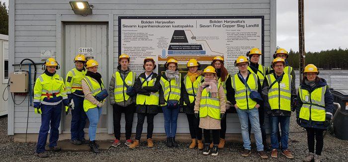 Opiskelijaryhmä turvavarusteissa Bolidenin Harjavallan kuparihienokuonan kaatopaikalla.