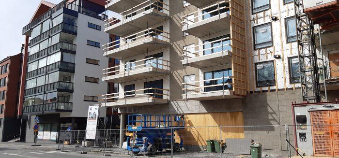 Aidoilla suojattu rakennustyömaa