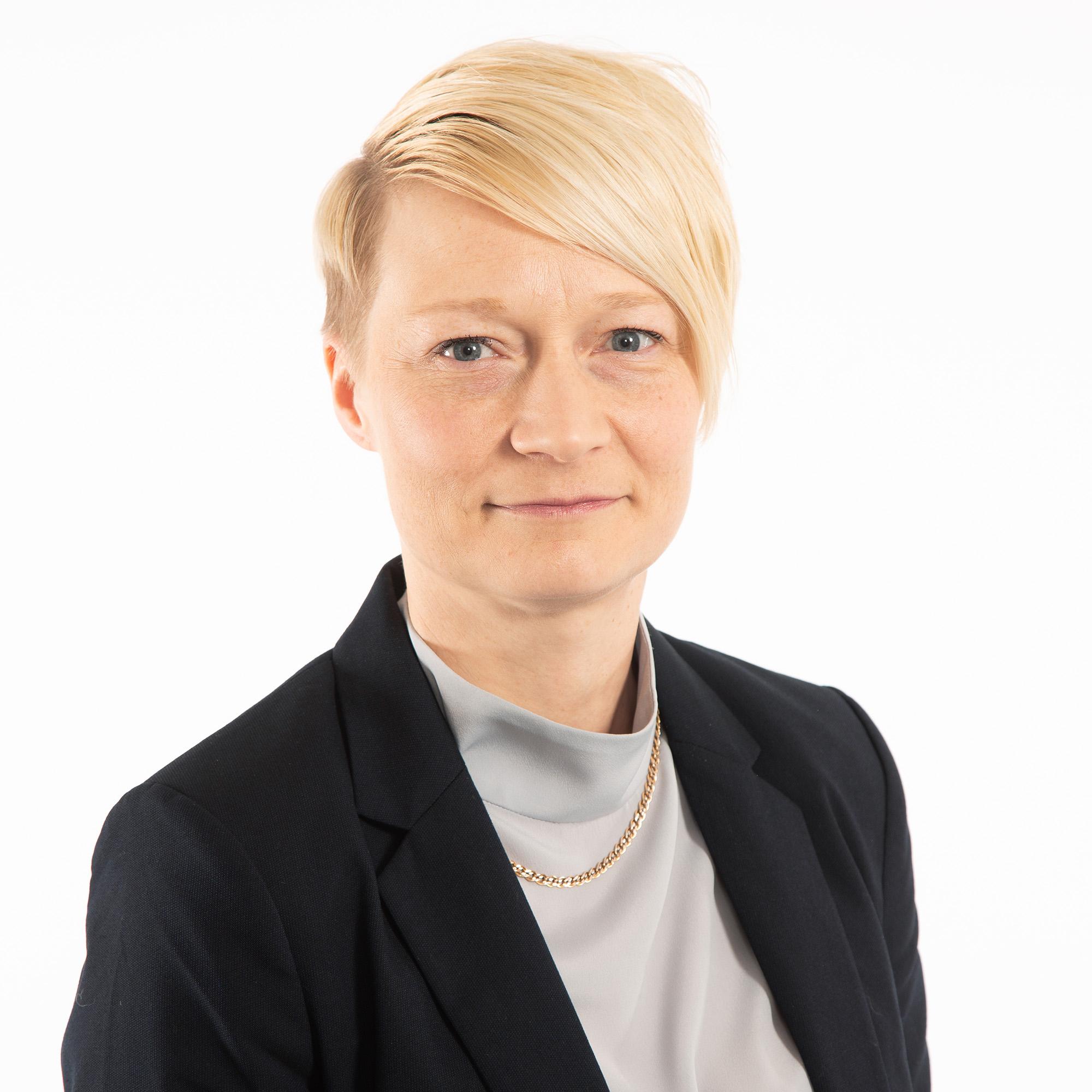 Finanssialan asiantuntija Jaana Mustonen henkilökuvassa.