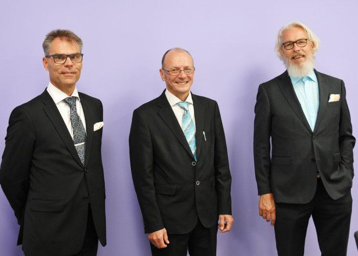 Kuvassa vasemmalta SAMKin rehtori-toimitusjohtaja Jari Multisilta, korkeakouluneuvos Juha Kämäri ja SAMKin hallituksen puheenjohtaja Henry Merimaa.