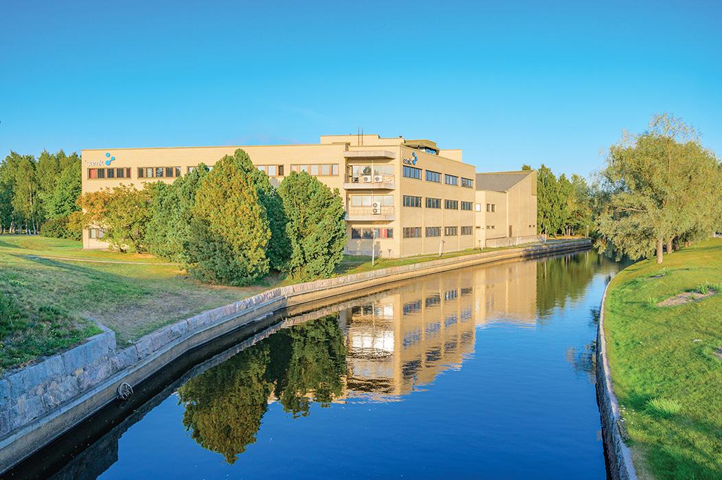 SAMK kampus Rauman kanaali auringonvalossa.