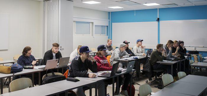 Opiskelijoita SAMKin Porin kampuksella luennolla.
