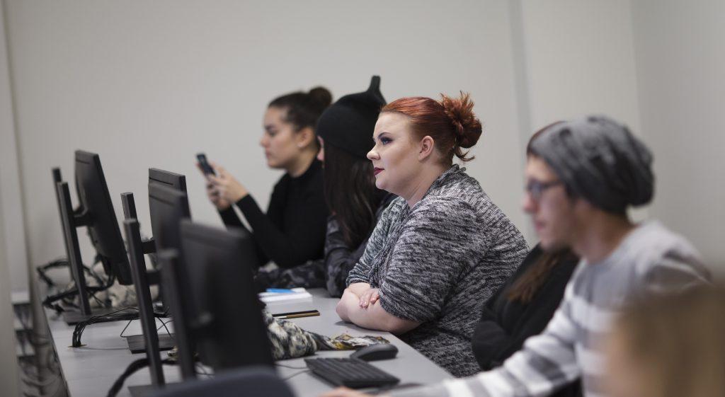 Restonomiopiskelijoita SAMK-Porin kampuksella työskentelemässä tietokoneilla