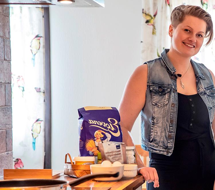 TuotekehitysPajan opiskelija Taina Lahti keittiön pöydän äärellä.