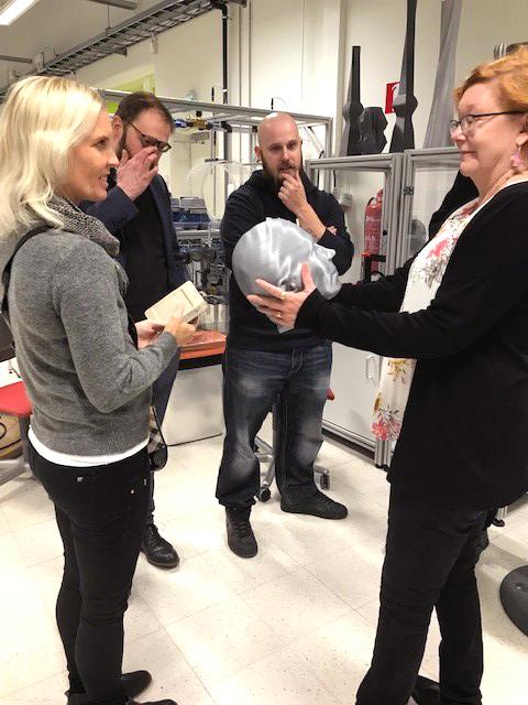 Hyte-Ope hankkeen opiskelijoita tutustumassa RoboAI-laboratorioon.