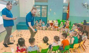 Ilkka Toivonen ja Arttu Metsämäki opetustilanteessa. Lapset istuvat tuoleilla kaaressa luokkahuoneessa.