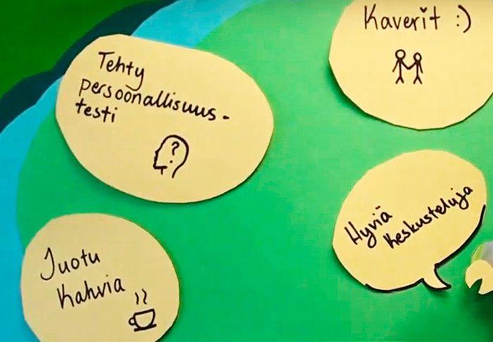 Muistilappuja seinällä teksteillä: Tehty persoonallisuustesti, hyviä keskusteluja, juotu kahvia ja kaverit.