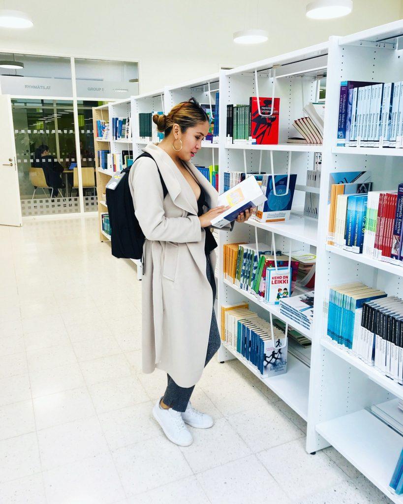 Johnnie Mae kirjastolla etsimässä kirjoja hyllystä.