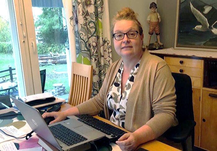 Tuuli Heerva istuu työpöytänsä äärellä. Pöydällä kannettava tietokone.