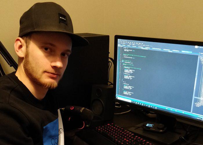 Erkka Koivusaari tietokoneen äärellä työstämässä mobiilisovellusta.