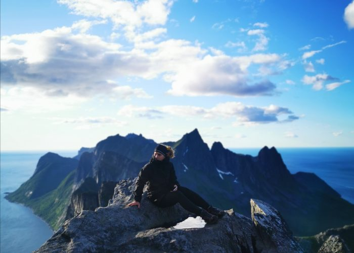 Ninna Koivula istuu Segla vuoren huipulla.