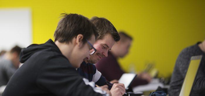 Opiskelijat työskentelevät tietokoneella luokkahuoneessa.