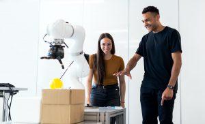 Mies ohjaa robottia kädellään Leap Motion -sensorien avulla.