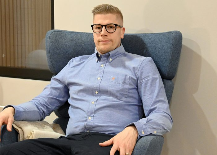 Tomi Venttola istuu nojatuolissa./Tomi Venttola is sitting in an armchair.
