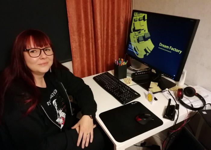 Sanna Sipponen istuu tietokoneen ääressä.