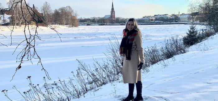 Jenna Mäntyvaara talvella jokirannassa/Jenna Mäntyvaara on the river bank in winter