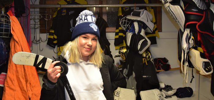 Netta Viitasalo ja jääkiekkovarusteita/ Netta Viitasalo and hockey protective gear
