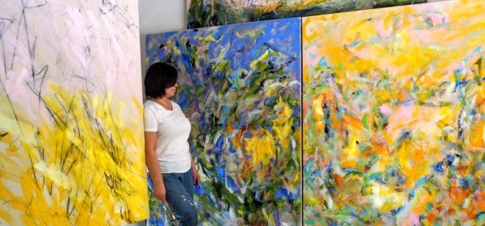 Opiskelija Sari Moilala taulujensa ääressä/Student Sari Moilala in front of her paintings