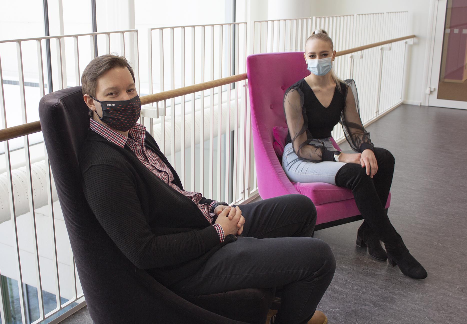 Kuvassa Ollipekka Kivin ja Vilhelmiina Riuttala istuvat tuoleilla SAMKin kampuksella.
