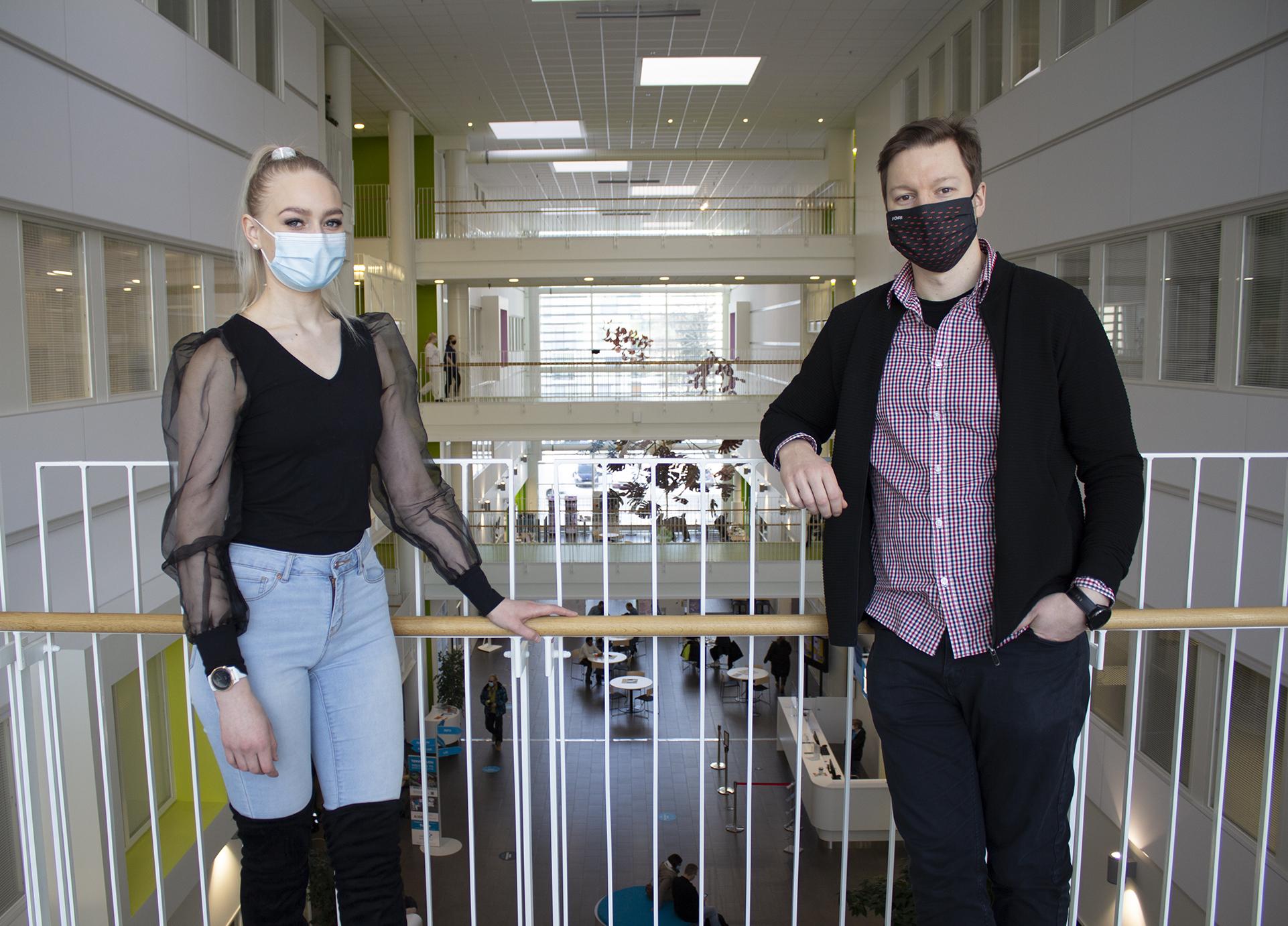 Kuvassa haastateltavat poseeraavat Porin kampuksella. Taustalla näkyy Atrium.