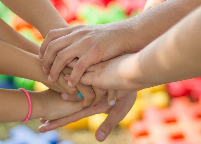 Lasten käsiä yhdessä/Children's hands together
