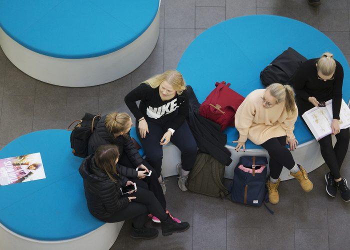 SAMKin opiskelijoita aulassa Porin kampuksella./SAMK students in the lobby on the Pori campus.