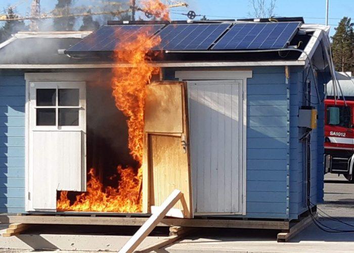 Talo palaa ilmiliekeissä / The house is in flames