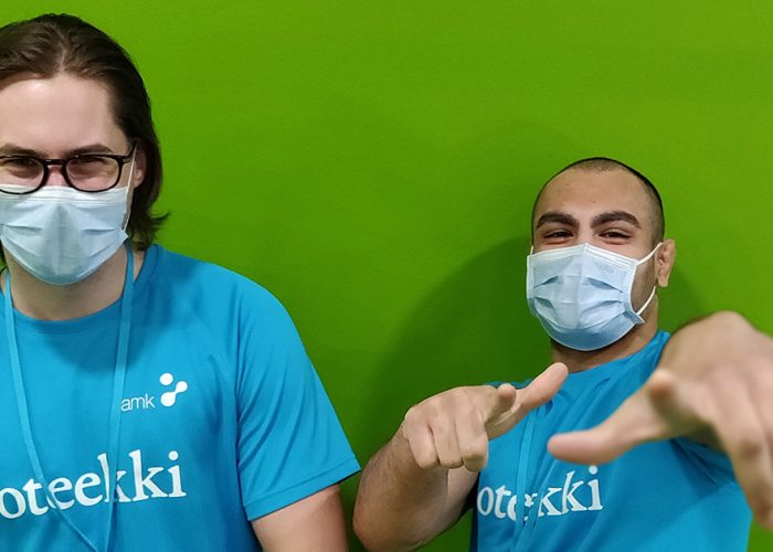 Opiskelijoita maskeissa./ Students with masks on face.