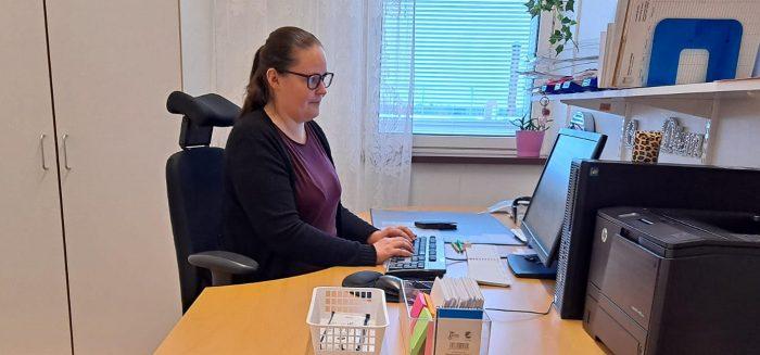 Jonna Elovaara työpöydän ääressä